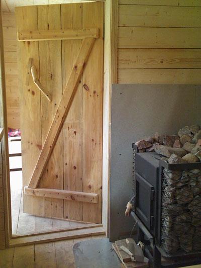 Koka durvis sīkmājas pirts telpai