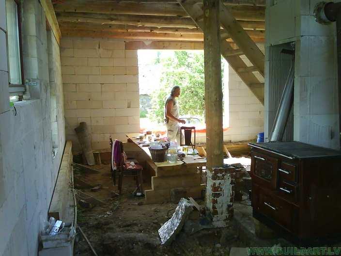 dzīvojamā istaba ar virtuvi