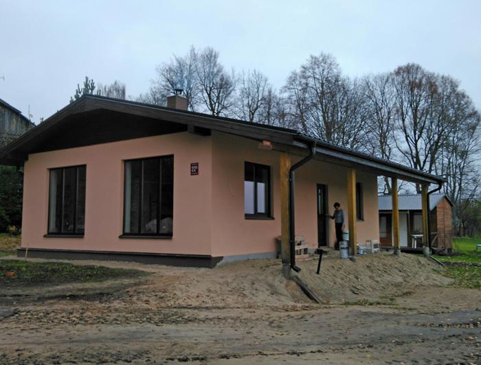 """Māja pie upes, projekts - """"Namiņš jaunai ģimenei"""", uzbūvētās mājas bildes"""