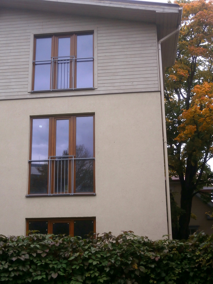 Mājas projekts - dzīvojamā māja ar trim dzīvokļiem, uzbūvētās ēkas bildes