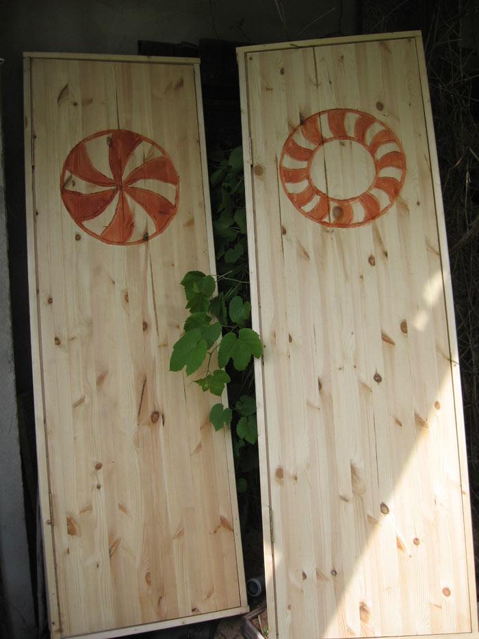 Vienkāršas paštaisītas koka durvis