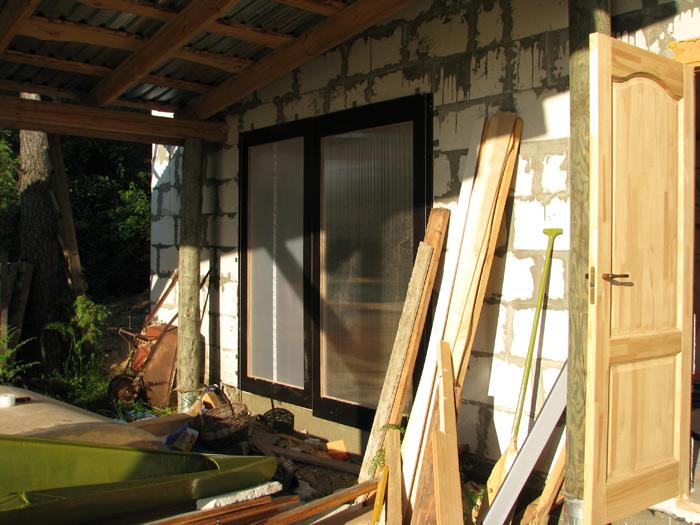 Vienkāršas darbnīcas projekts - būvniecības procesa bildes, durvis