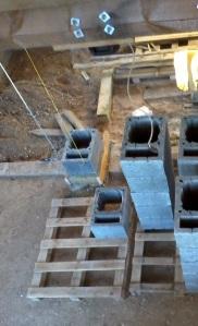 Ģimene pašrocīgi būvē sev mājiņu, būvniecības procesa bildes, saliekamā skursteņa mūrēšana