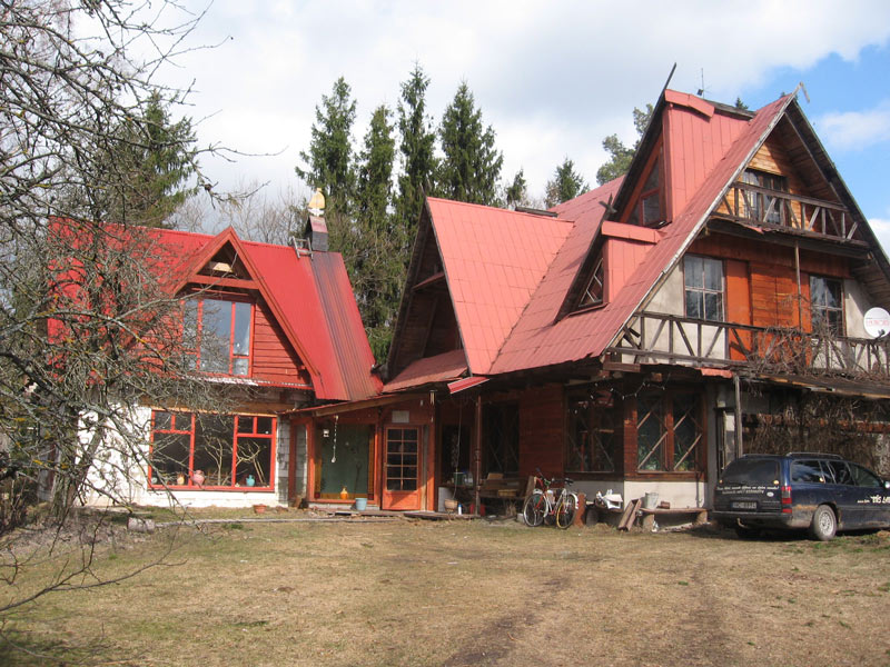 Dzīvojamā māja pavasarī