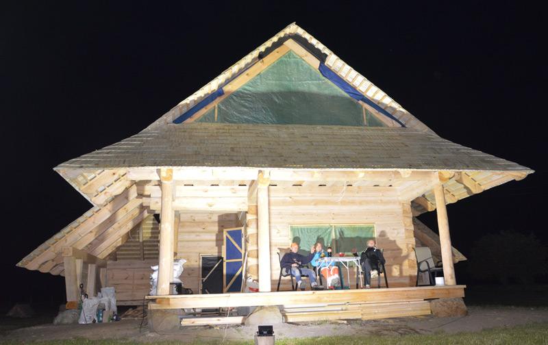 Atpūtas mājas projekts, būvniecības procesa bilde naktī