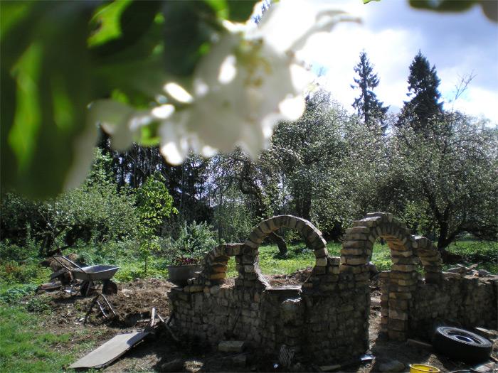 Pašbūvētas ķieģeļu arkas, rožu dārzam