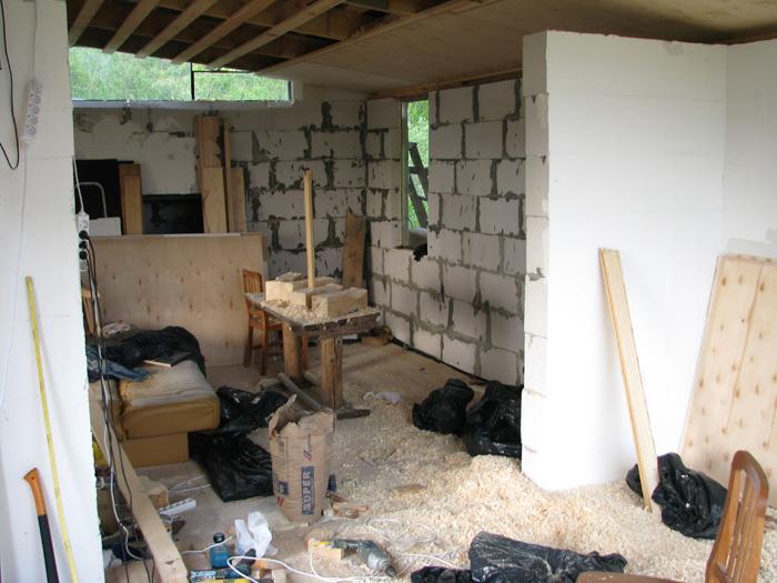 Vienkāršas darbnīcas projekts - būvniecības procesa bildes, griestu siltināšana ar skaidām
