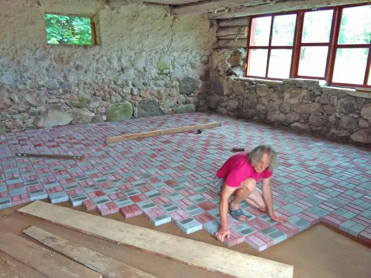 Pašrocīgi ieklāta bruģakmens grīda saimniecības ēkā
