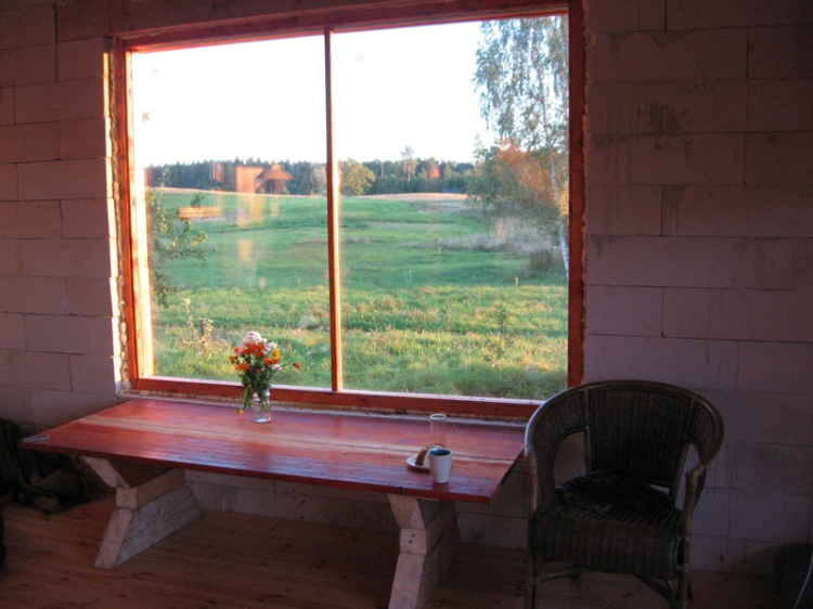 lauku ainava aiz loga