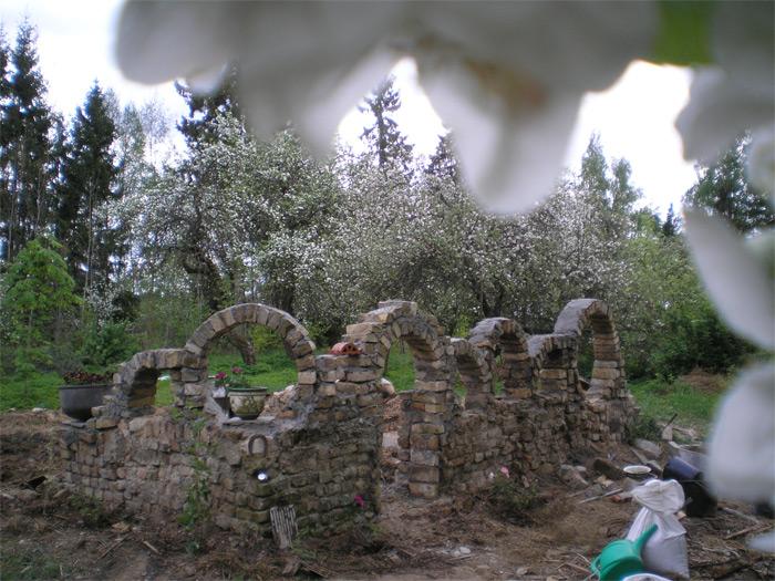 Dekoratīvs arku mūris rožu dārzam uz bijušās kūtiņas pamatiem