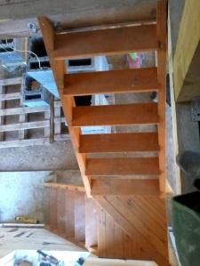 Ģimene pašrocīgi būvē sev mājiņu, būvniecības procesa bildes, ekonomiskas kāpnes