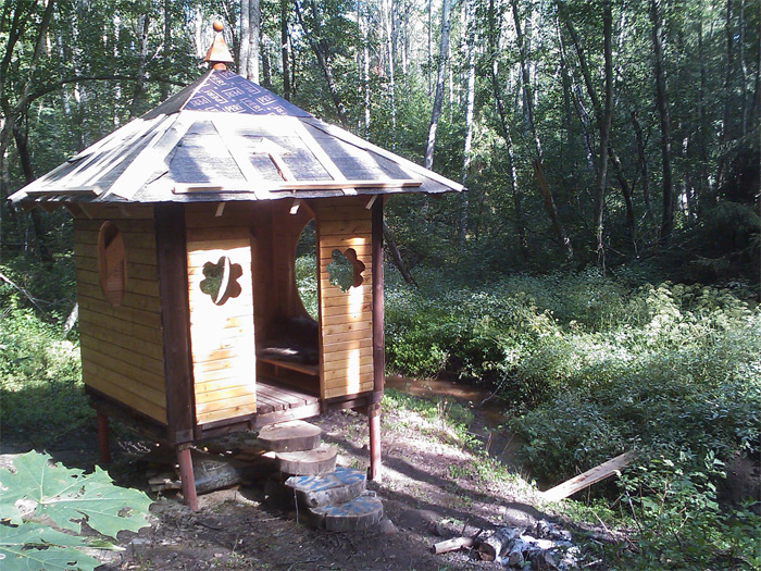 Atpūtas paviljona projekts dabas parkā, rīta saule