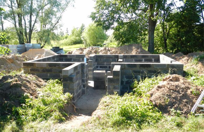 Pagraba projekts - būvniecības process, sienas tiek mūrētas no keramzītbetona blokiem