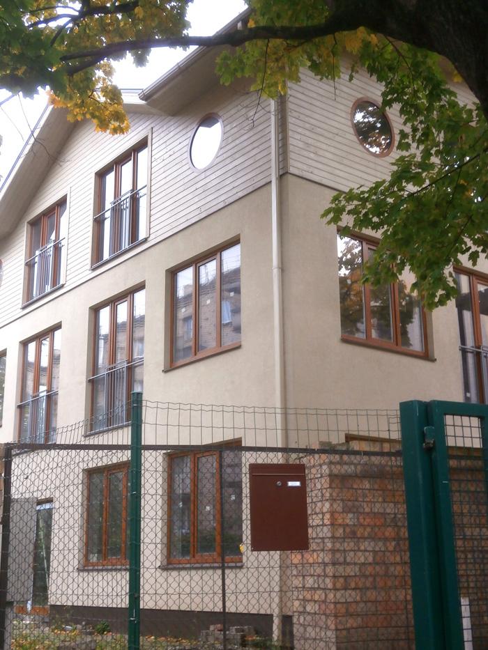 Mājas projekts - dzīvojamā māja ar trim dzīvokļiem, uzbūvētās ēkas bildesMājas projekts - dzīvojamā māja ar trim dzīvokļiem, uzbūvētās ēkas bildes