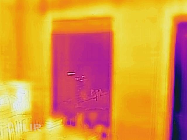 Ailas augšdaļā redzamas ruļveida žalūzijas, ziemeļvalstīs ir iecienīti risinājumi ar siltu žalūziju izmantošanu nakts laikā, tā samazinot kopējos ēkas siltuma zudumus, kā redzams, arī vienkāršas plāna auduma žalūzijas jau rada nelielu traucējumu siltuma plūsmai.