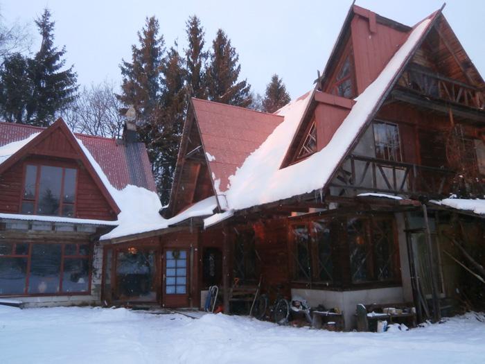 Mājas kopskats - saule apspīd rietumu un dienvidu puses.