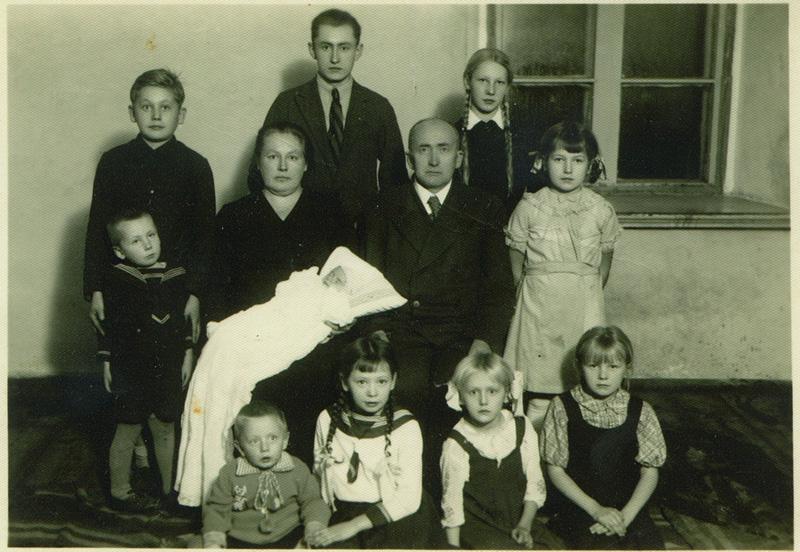 1937. gada bilde, dzimtas koka pirmie zari un saknes