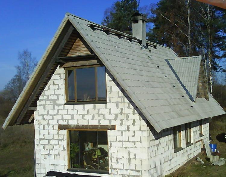 betona dakstiņu jumta laipa