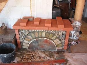 ķieģeļu arka kamīna pamatnei