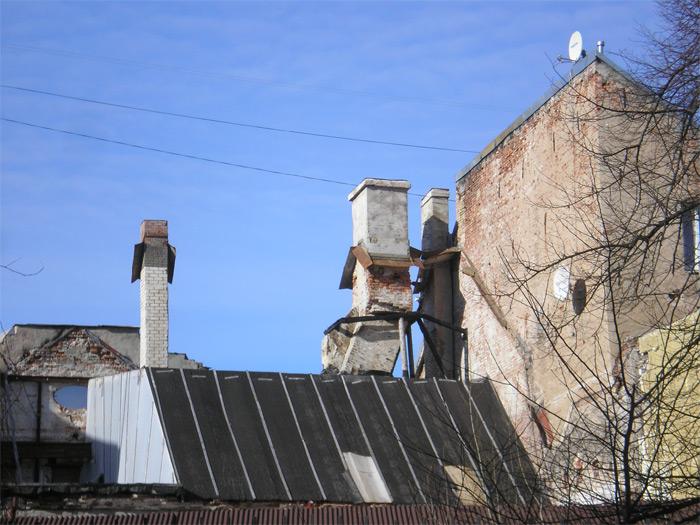 Dūmvadu tehnoloģijas - līmeņošana bez svērteņa palīdzības, iespējams, namdari strādāja ātrāk par mūrniekiem, un tiem nācās piemēroties namdaru veikumam.