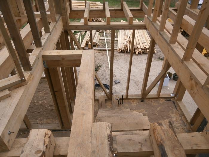 Koka statņu, koka karkasa mājas projekts, būvniecības procesa bildes, kāpņu aila