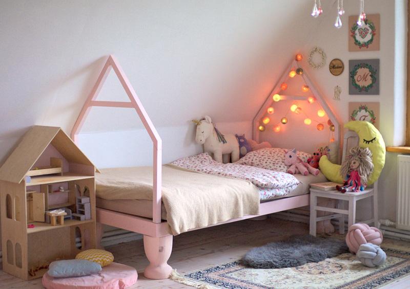 pašrocīgi būvēta gultiņa