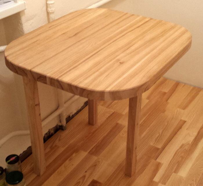 Paštaisīts oša koka galds - gandrīz jau var, bet der atcerēties arī par trešo kāju!