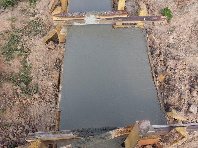 Pamatu būvēšana izmantojot zemes veidni - pamatu virszemes daļas betonējums