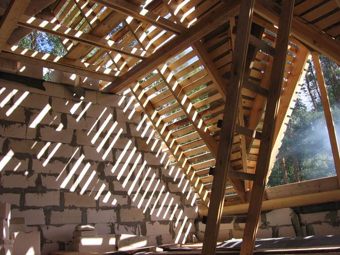 jumta stāvs ar izbūvēm