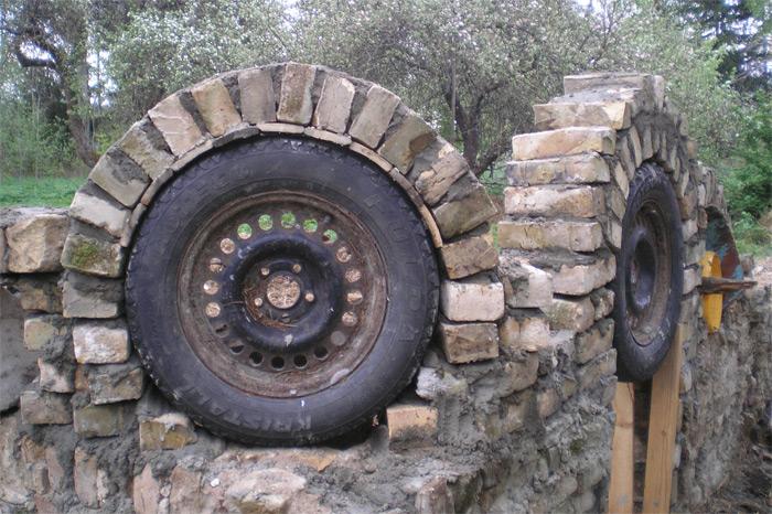 Ķieģeļu arku mūrēšanai par veidņiem izmantotas automašīnu riepas