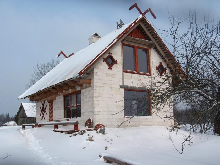 Ekonomiskas ģimenes mājas projekts, māja ziemā