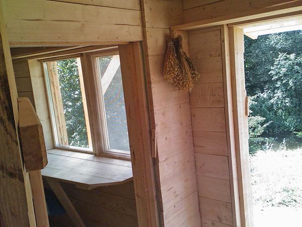 Skats uz istabas logu un ārdurvīm