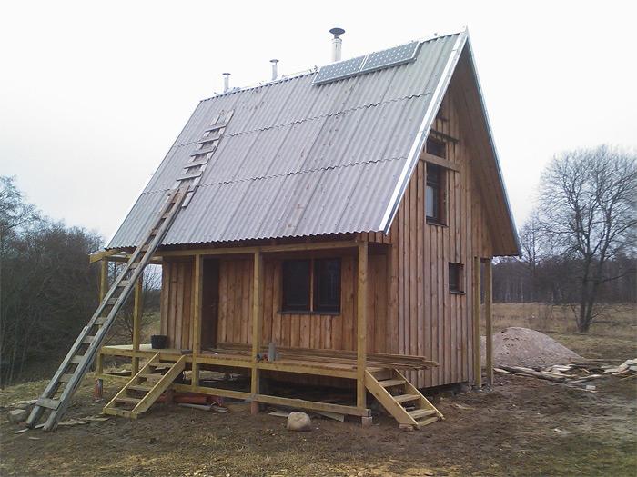 Sīkmājas projekts, sīkmājai uz jumta uzmontētas saules baterijas