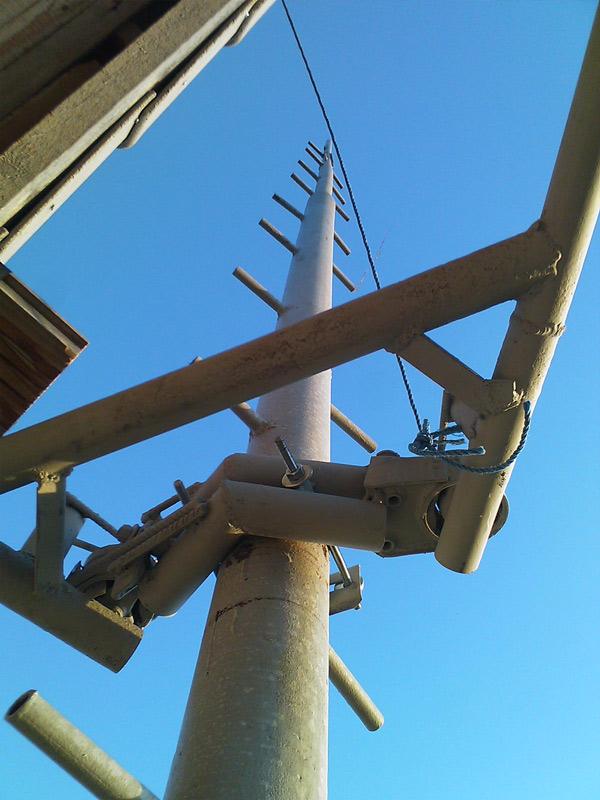 Vēja ģeneratora masta celšanas process
