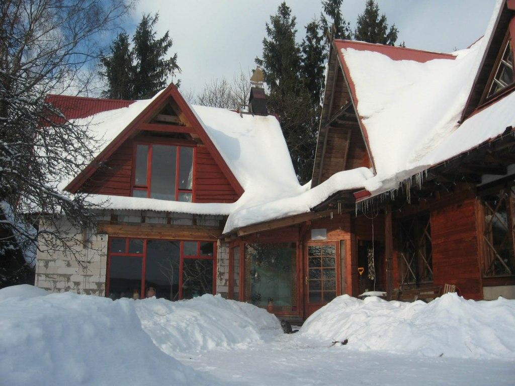 Dzīvojamā ēka ziemā