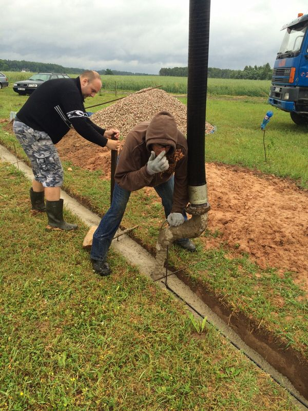 Pamatu būvēšana izmantojot zemes veidni - betona ieliešana